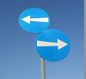 flèches dans des directions opposées